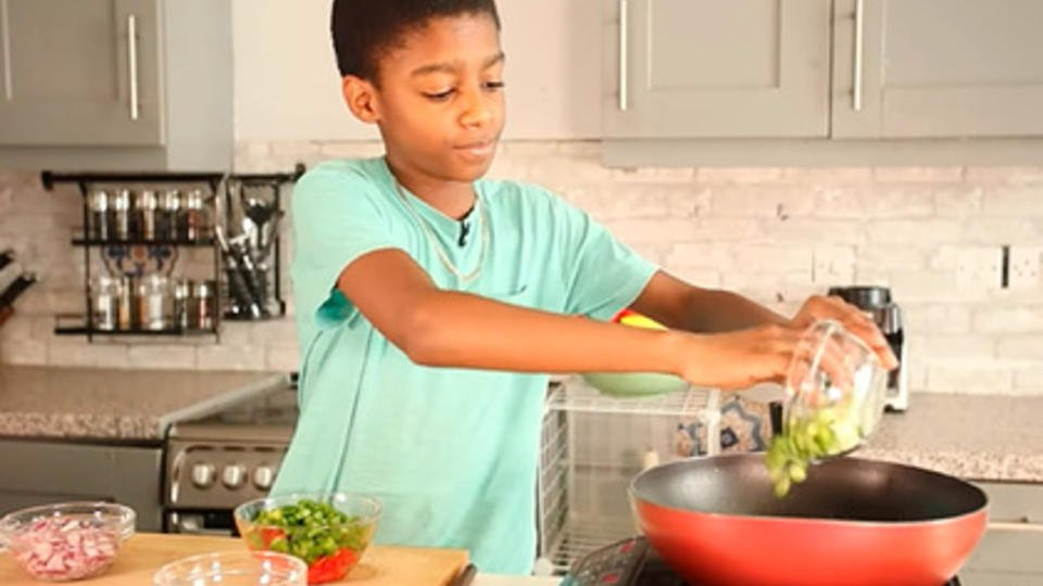 Бросивший школу в 11 лет мальчик стал самым юным ресторатором в мире