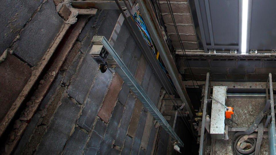 Два человека упали в шахту на стройке на востоке Москвы