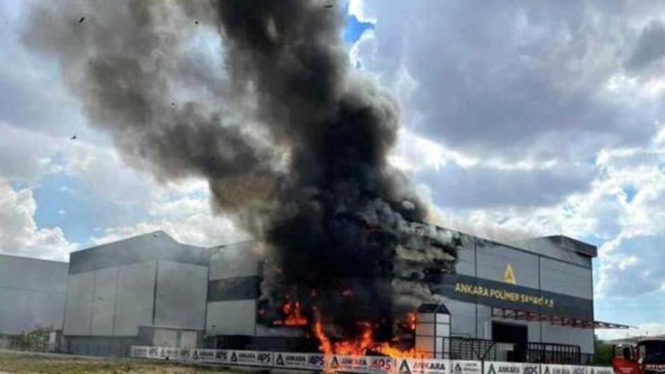 Пожар на турецкой фабрике пластика сняли на видео