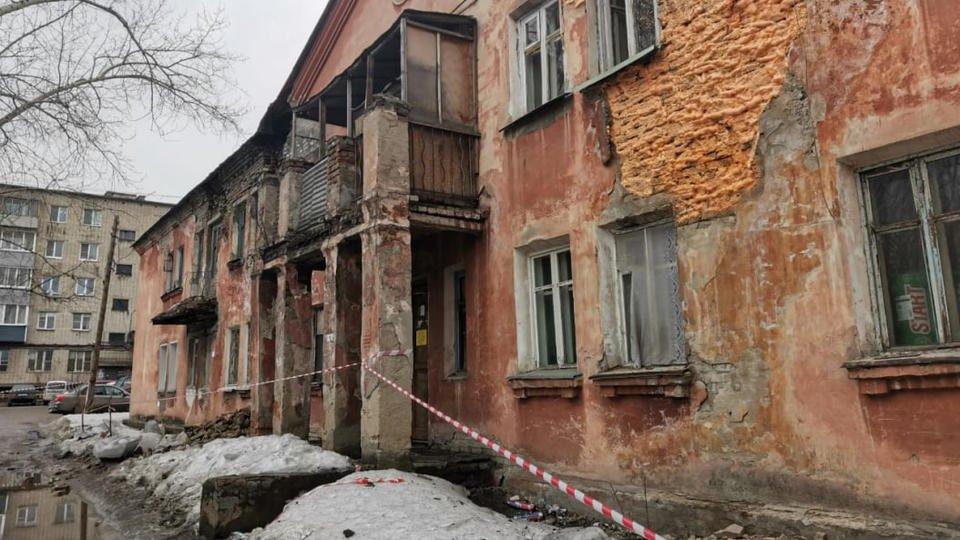 Стена жилого дома обрушилась в Барнауле