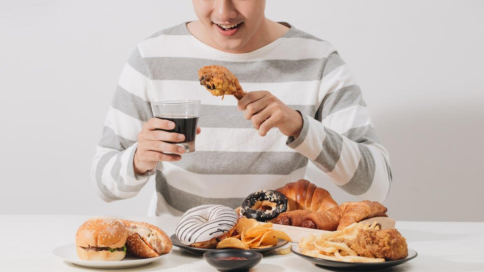 Психолог дал рекомендации по борьбе с перееданием