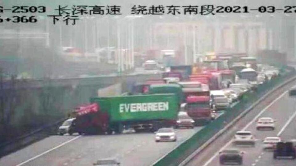 'Совпадение?' — грузовик с контейнером Evergreen собрал пробку в Китае