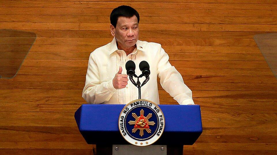 'Введу вакцину в ваши задницы': президент Филиппин пригрозил гражданам