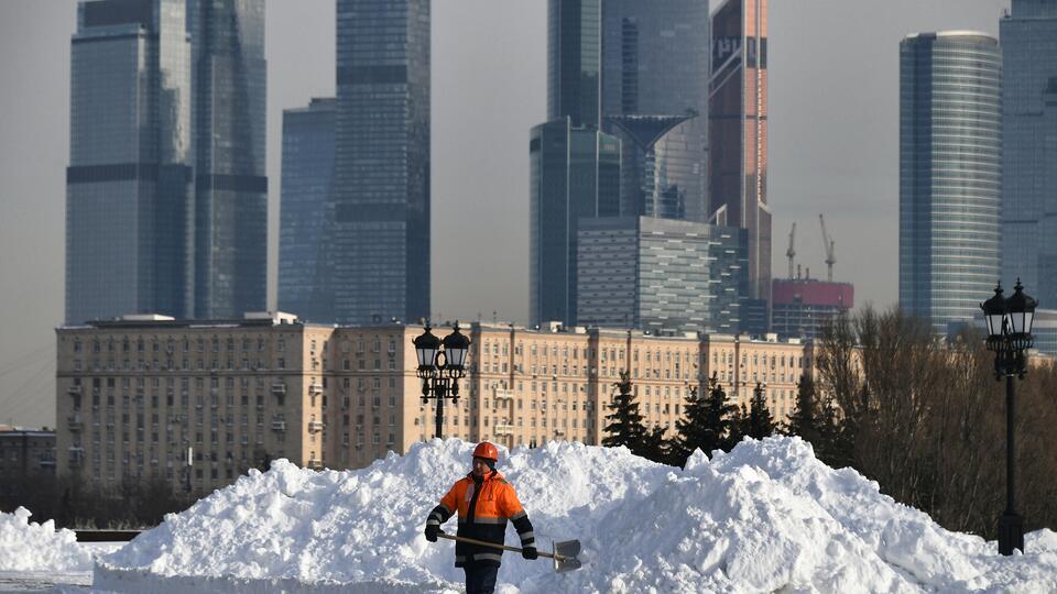 Москвичам в субботу пообещали небольшой снег и гололедицу