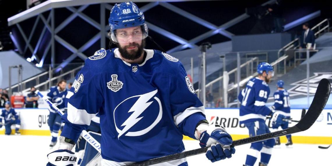 Канадский хоккеист травмировал россиянина клюшкой во время матча НХЛ