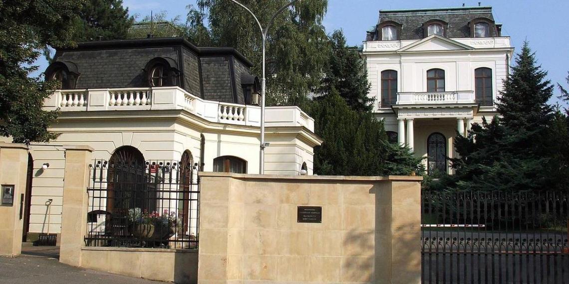 Власти Праги потребовали от российского посольства вернуть часть земли