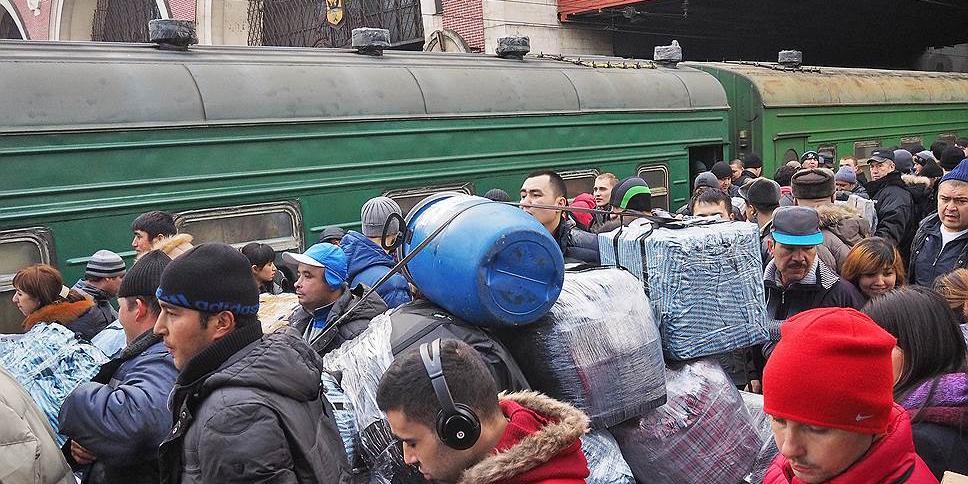 Минсельхоз хочет завозить мигрантов чартерными поездами