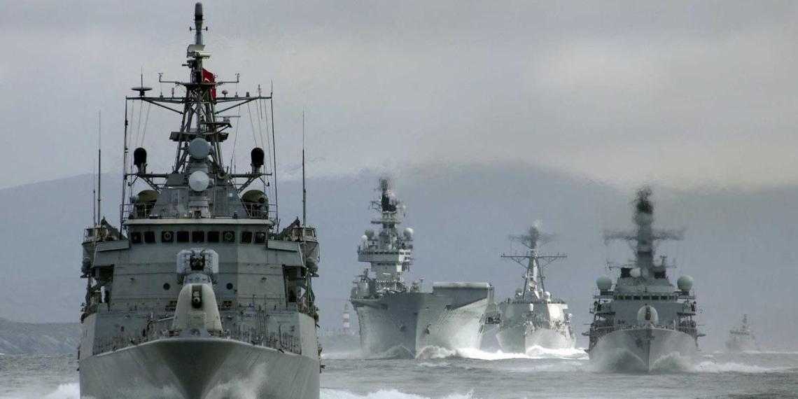 Корабли и атомные подлодки Северного флота начали учения в арктической зоне