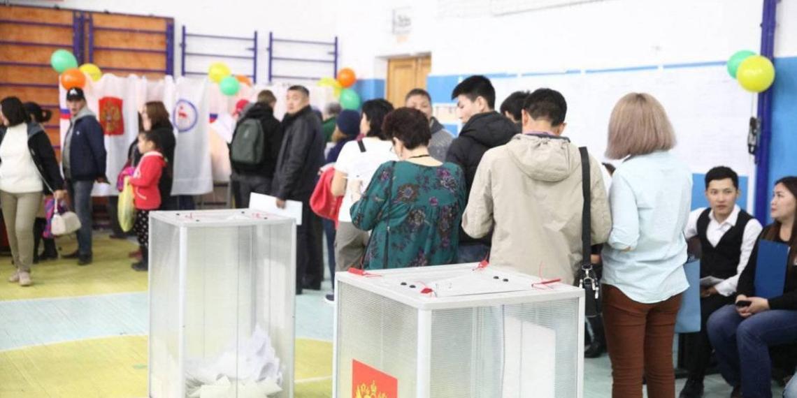 На выборах мэра Якутска в конкурентной борьбе побеждает кандидат от 'Единой России'