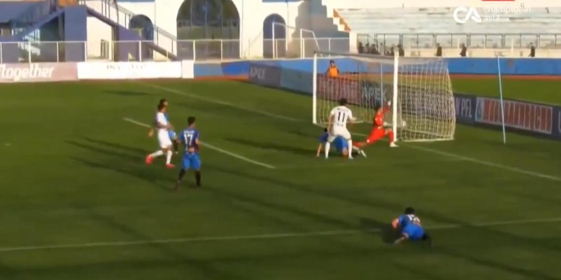 Футболист забил гол через дырку в воротах, судья засчитал