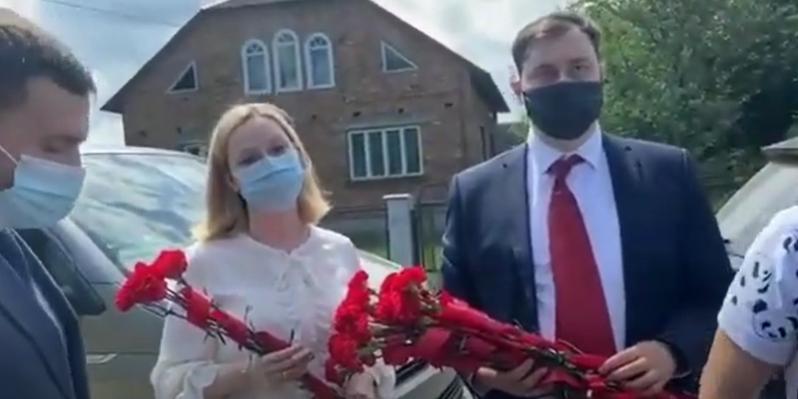 На Украине националисты не дали российским дипломатам возложить цветы к памятнику Пушкину