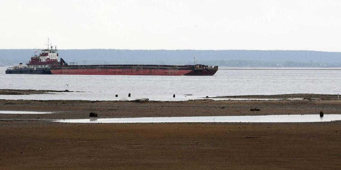 Севший на мель сухогруз перекрыл Волго-Каспийский канал