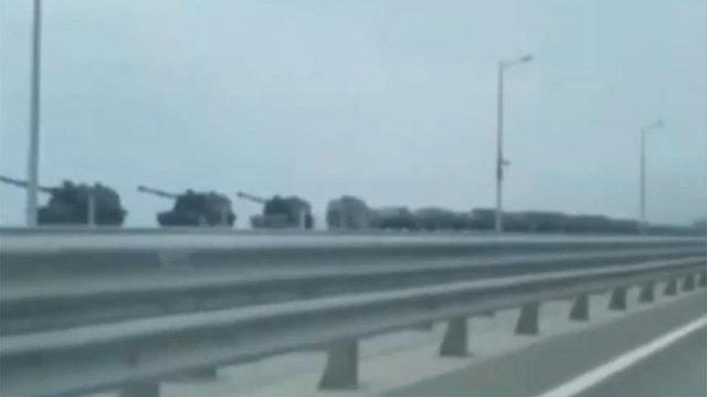 Россия стягивает танки к границе: пугающее видео демонстрирует, что Путин развертывает свои войска (Daily Express, Великобритания)