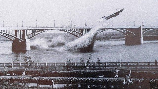 Чудо века: советский истребитель МИГ-17 пролетает под мостом через Обь (Yahoo News Japan, Япония)
