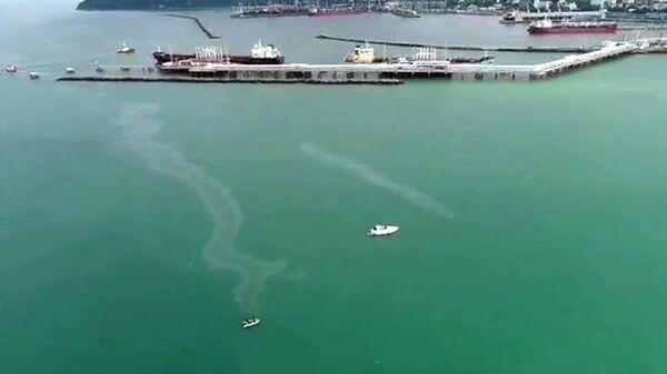 Росприроднадзор зафиксировал нефтяную пленку в Черном море у Туапсе