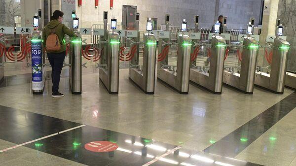 Ликсутов рассказал о запуске в метро Москвы оплаты проезда с помощью лица
