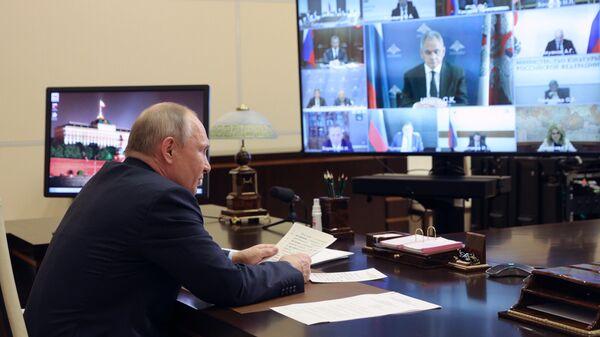 Путин призвал защищать советские мемориалы в других странах