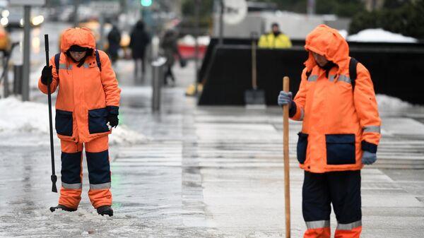 В Москве начали обработку тротуаров из-за гололедицы