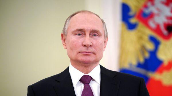 Россияне в пандемию проявили выдержку, заявил Путин
