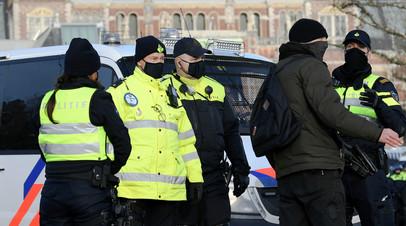 В Амстердаме мужчина с ножом напал на прохожих