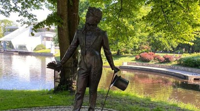 Посольство России в Латвии осудило инцидент у памятника Пушкину в Риге