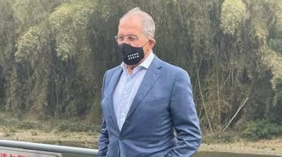 Лавров сфотографировался в маске с надписью FCKNG QRNTN