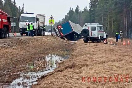 Фура с 22 тоннами соляной кислоты перевернулась на российской трассе