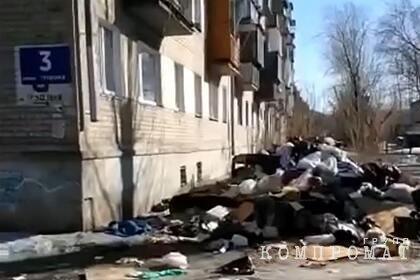 Россиянин годами носил домой мусор с помойки и лишился квартиры