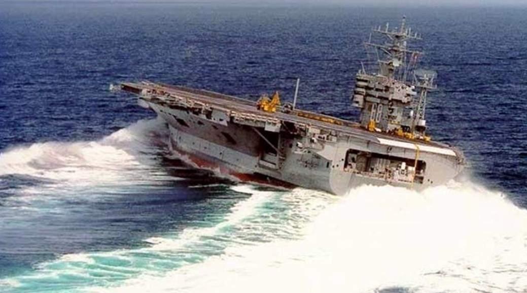 Показан экстремальный дрифт от американского авианосца USS Nimitz