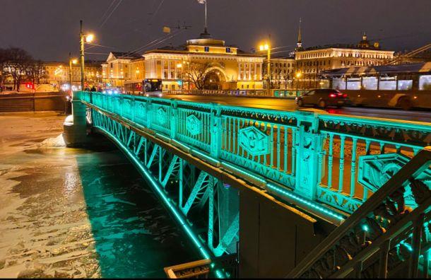 В честь праздника Ирландии подсветка Дворцового моста стала изумрудной