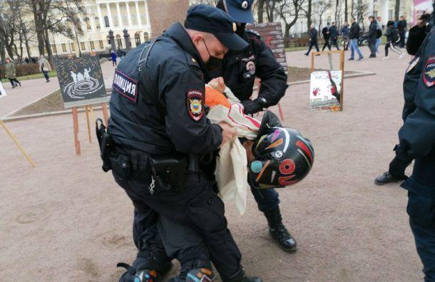 Полицейские сорвали выставку картин и задержали акциониста Павла Крисевича