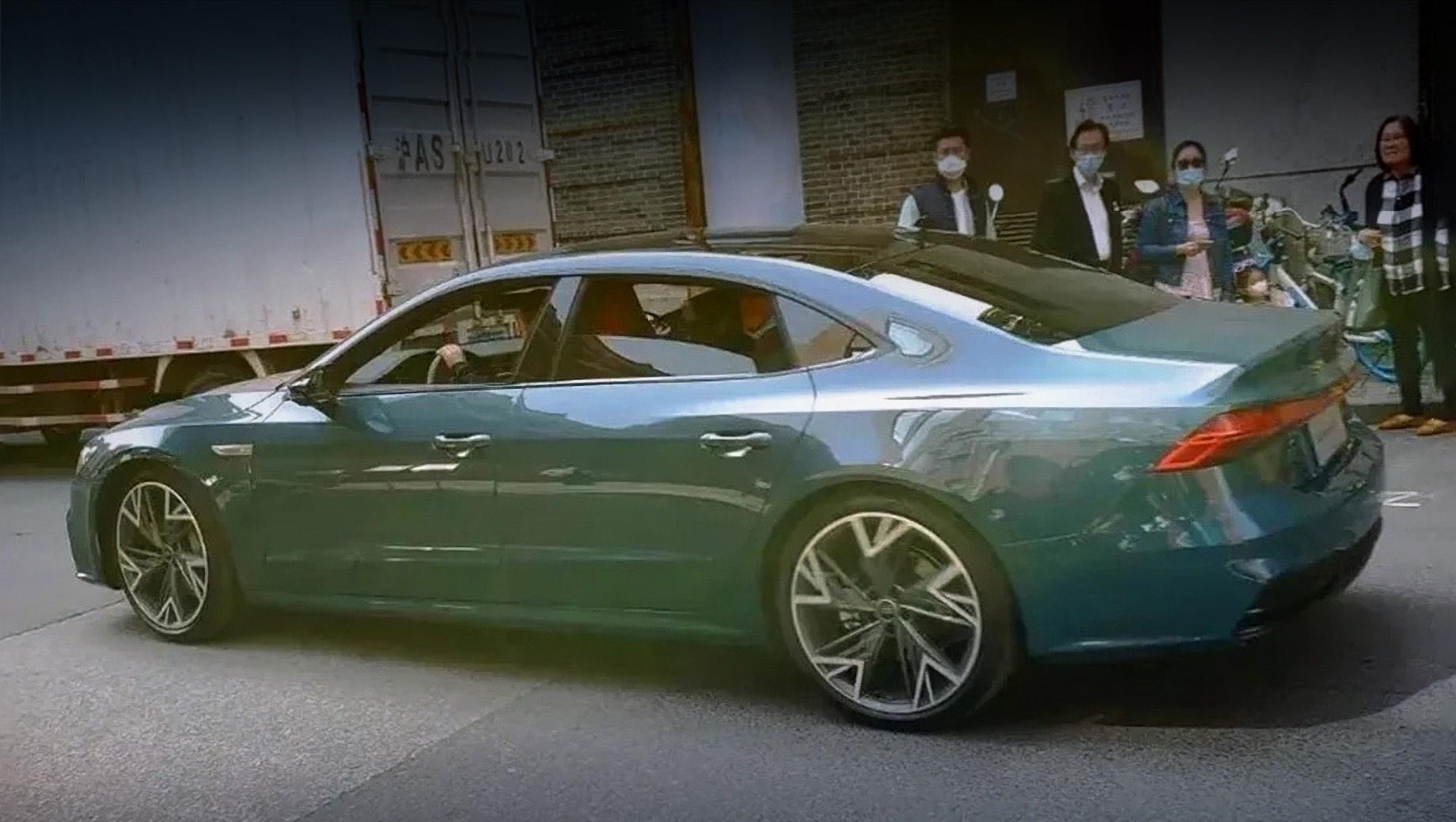 Уникальный седан Audi A7 L засветился на улицах Китая