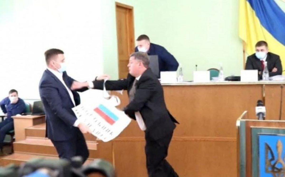 Депутаты Херсонского облсовета подрались из-за флага России