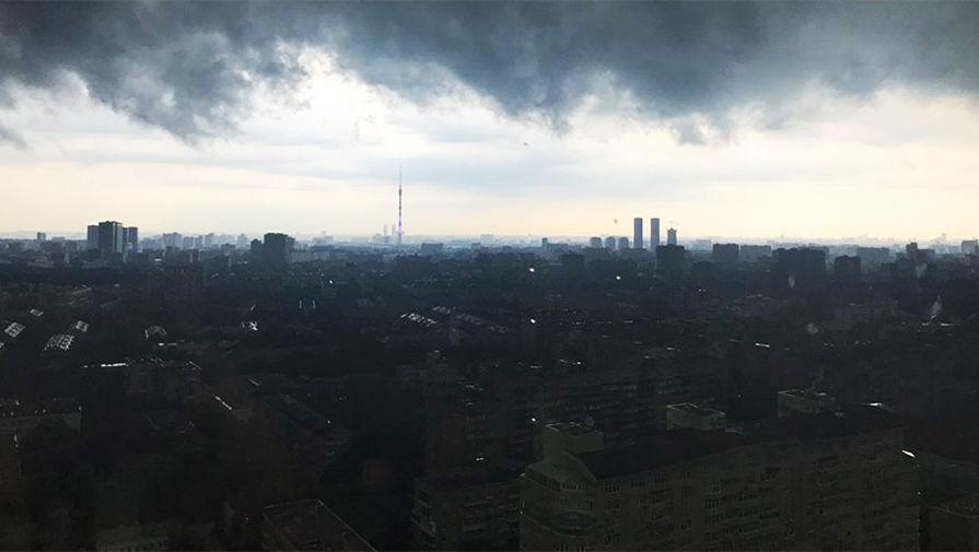 Крыша здания обрушилась на севере Москвы