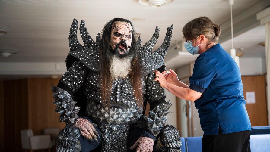 Санта-Клаус и Lordi посетили пункт вакцинации в Финляндии
