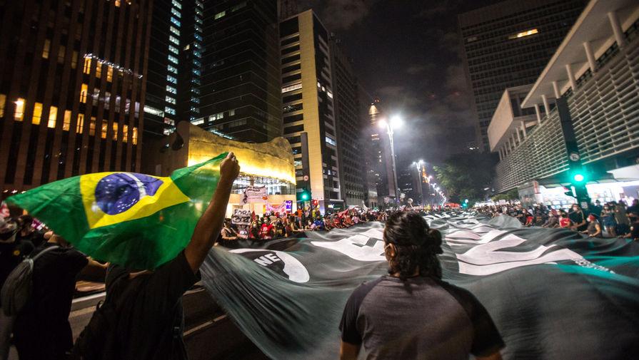 В Бразилии жители протестуют против властей из-за коронавируса