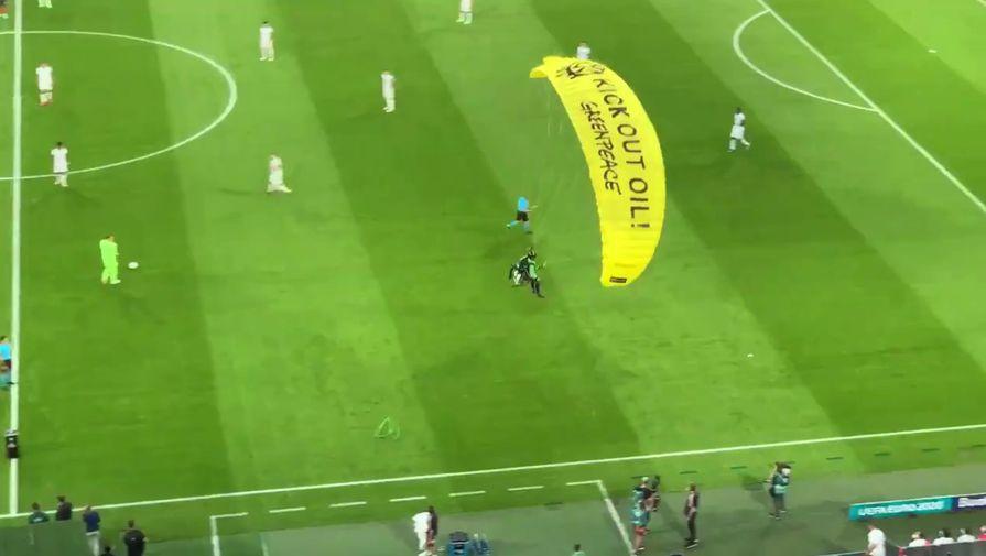 Из-за парашютиста на матче Франция - Германия несколько человек попали в больницу