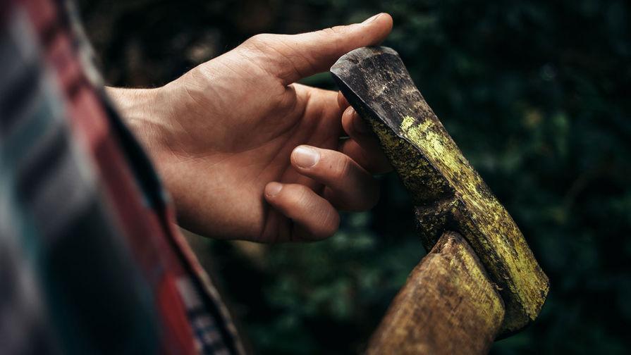 В Петербурге мужчина рубил топором остановку