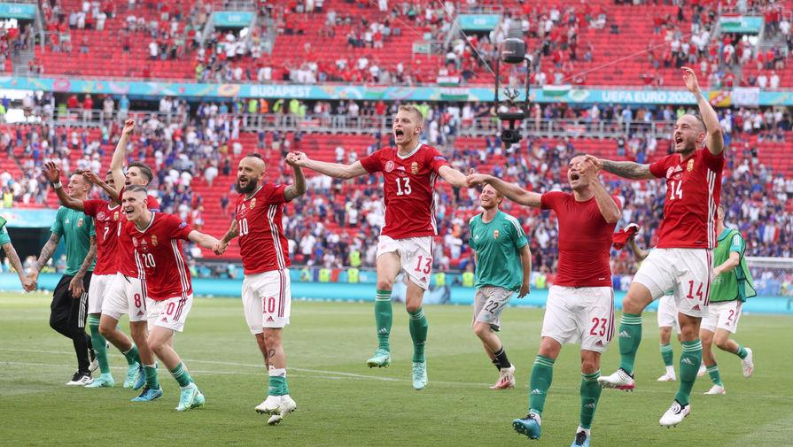 Отмечавшие гол венгерские футболисты едва не снесли стол журналистке