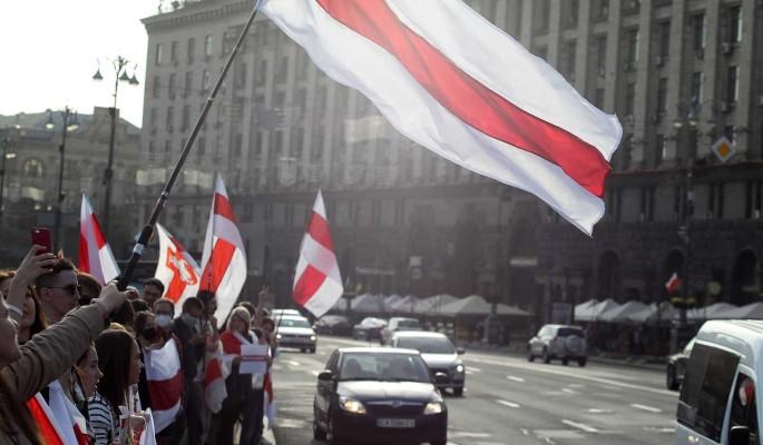 Белоруссию предупредили об опасности повторить 'страшную участь' Украины: На двух креслах усидеть невозможно