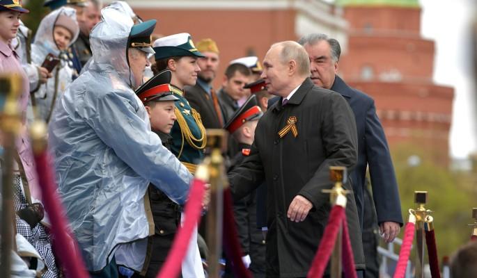 Путин помог ветерану поправить куртку во время парада Победы