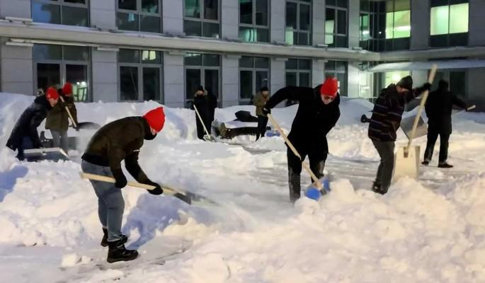 Активисты Молодежки ОНФ помогли убрать снег у московской больницы