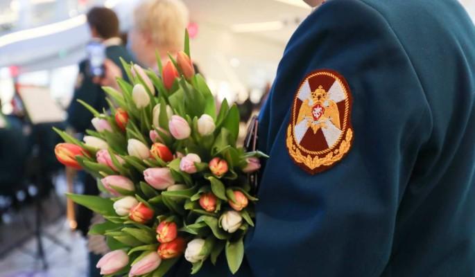 Росгвардия устроила в Москве праздничный флешмоб в честь 8 марта