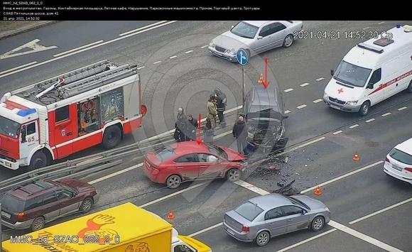 Движение по Пятницкому шоссе у метро частично перекрыто после ДТП