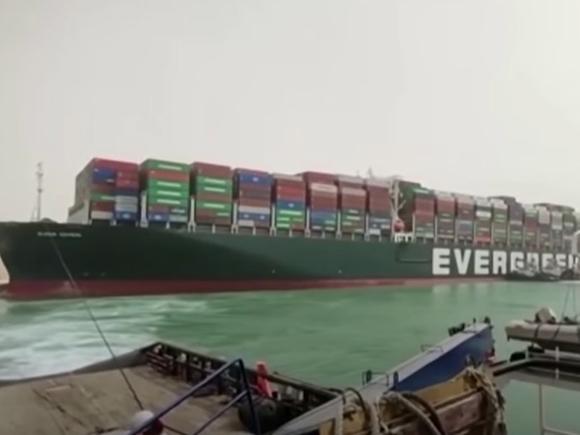 Появилась «неприятная» версия перекрытия Суэцкого канала гигантским судном (фото)
