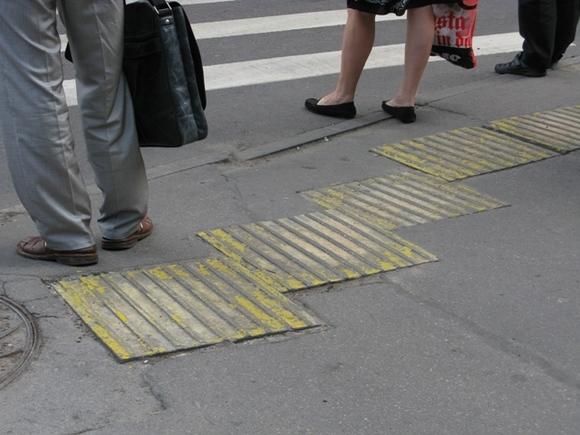 На Петроградке школьница перебегала дорогу на красный и была сбита (видео)