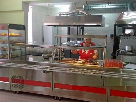 Кормят детей полусырыми котлетами, салат мешают голыми руками: «ужасы» школьной столовой в Перми (видео)