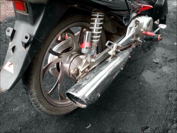 В Петербурге на перекрестке столкнулись два мотоциклиста (видео)