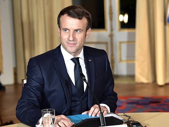 Президент Франции отметил снятие коронавирусных ограничений в кафе (видео)