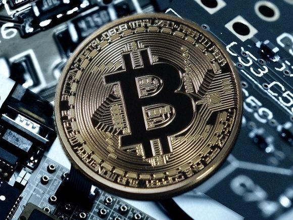Картину Бэнкси «Любовь витает в воздухе» продали за криптовалюту (фото)